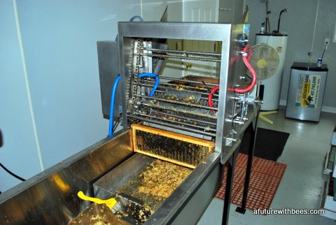 Chain driven automatic honey frame decapper